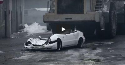 Bulldozer überfährt einen Mercedes Benz