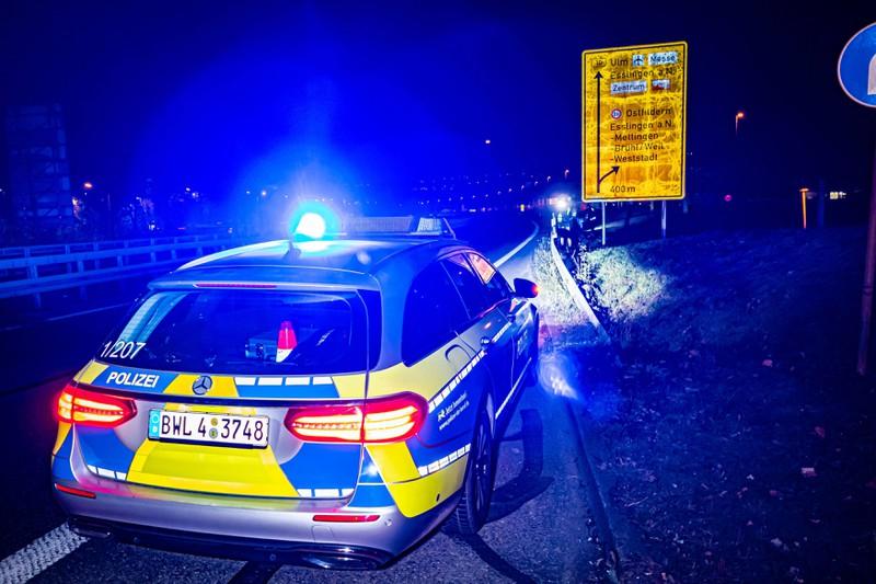 Symbolbild: Ein Polizeiwagen kontrolliert Raser