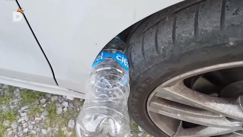 Mit einer eingeklemmenten Plastikflasche im Radkasten wollen Autodiebe das Auto ausrauben oder an sich reißen.