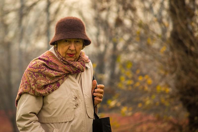 Ältere Frau mit Winterkleidung