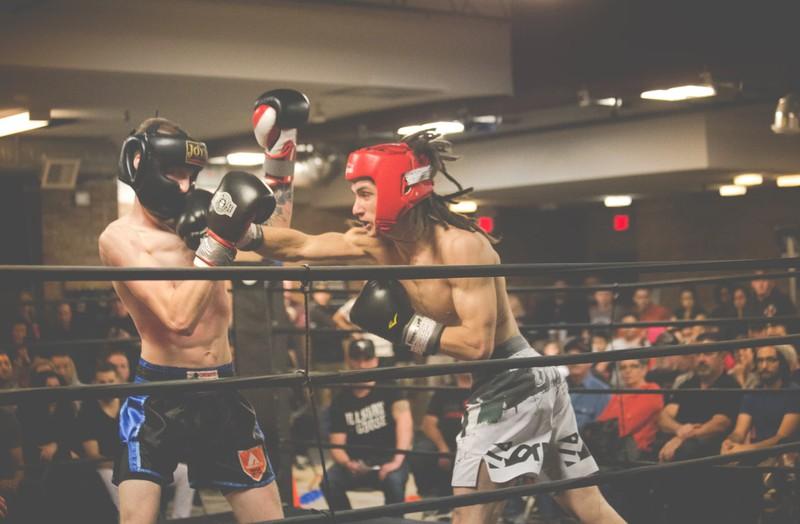Mann versucht, Schläge eines MMA-Fighters mit Energieschild abzuwehren