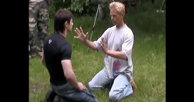 Dieser Mann versucht die Schläge eines MMA-Fighters abzuwehren