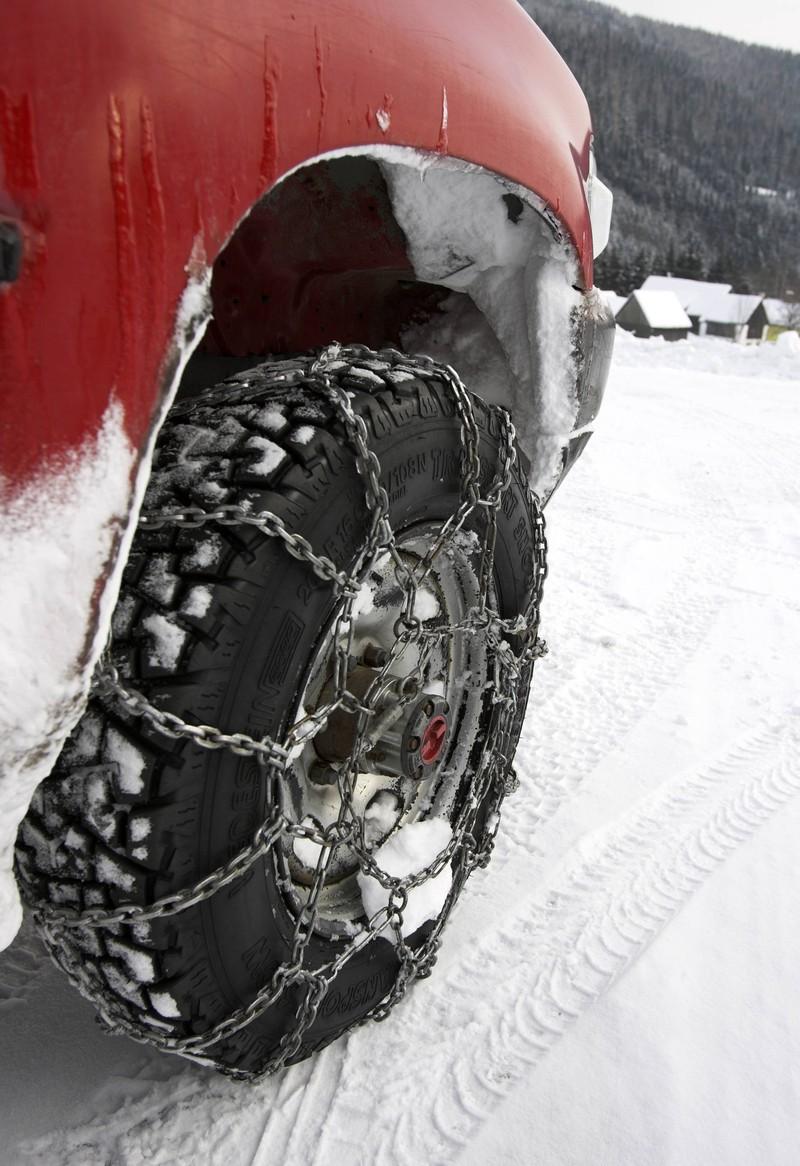 Schneeketten helfen einem Wagen durch den Winter