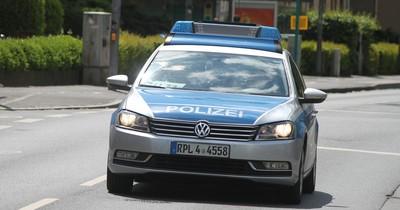 Nackter Fahrer mastubiert auf Autobahn und belästigt Niederländer