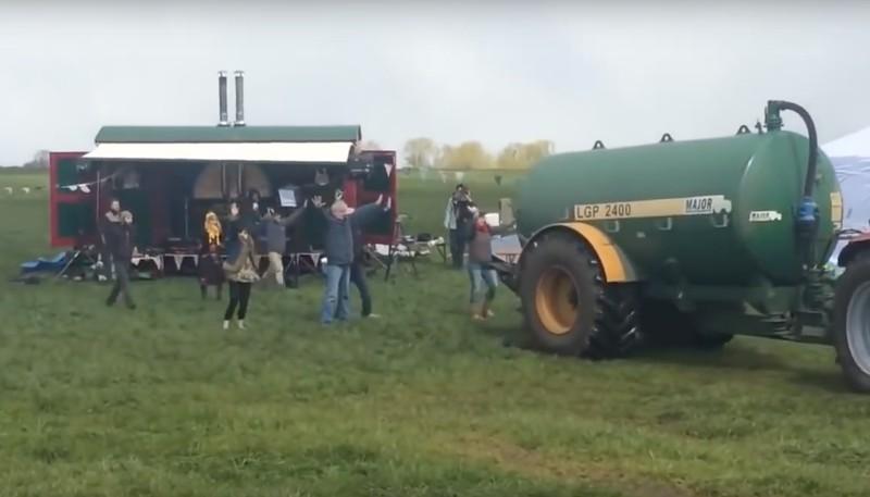 Aktion gegen Fracking: Bauer besprüht Lager mit Protestanten mit literweise Gülle