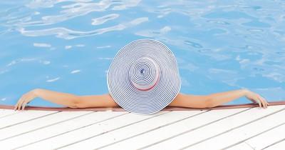 Weil ihr Badeanzug zu freizügig ist, wurde sie aus einem Schwimmbad geworfen
