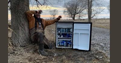 Wahrer Schatz: Männer finden Kühlschrank voll mit Bier auf offenem Feld