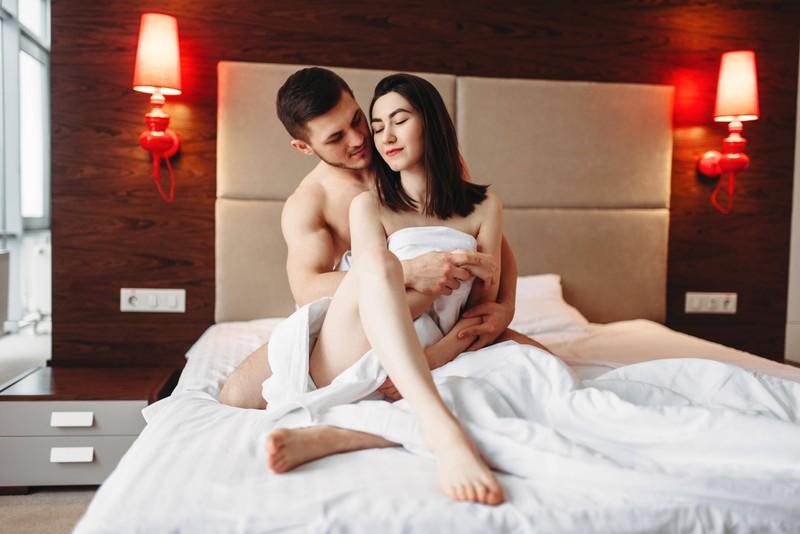 Ein Paar genießt die Zeit im Bett