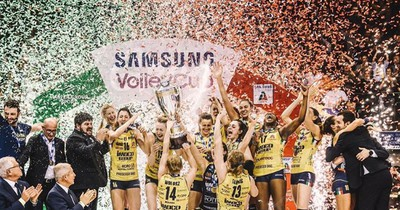 Italienisches Volleyball Team feiert freizügig ihren Sieg
