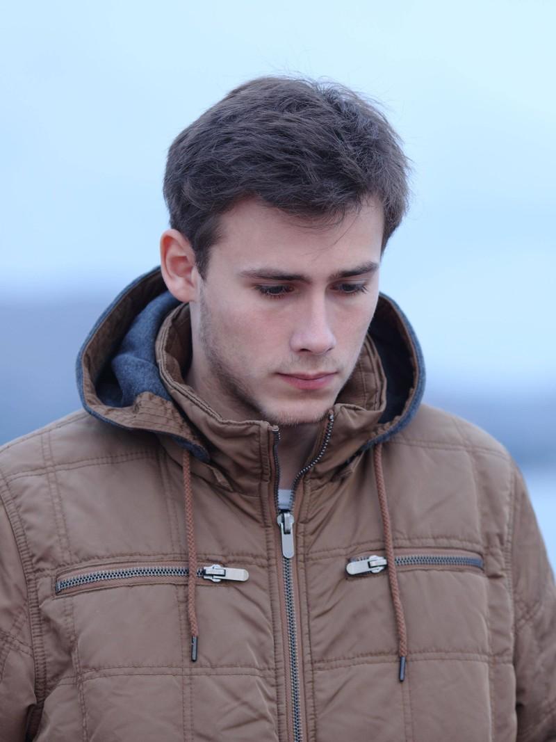 Ein Mann weint, weil er Krebs hat