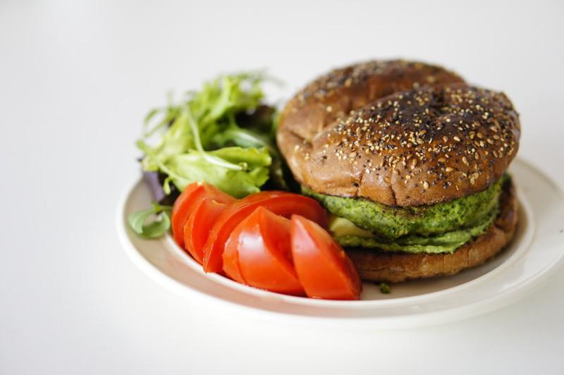 Dieses Bild zeigt einen vegetarischen Burger ohne Fleisch.