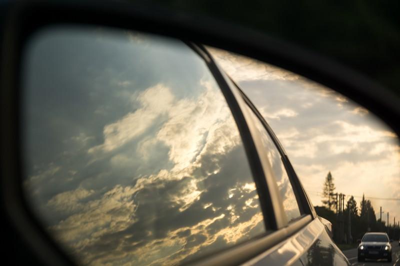 Schnelles Auto im Rückspiegel