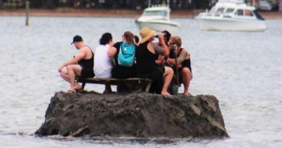 Männer bauen eigene Insel, weil sie keine Lust auf ein Alkoholverbot haben