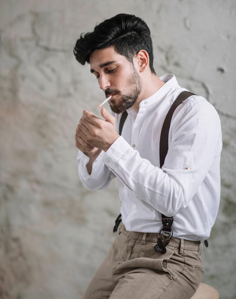 Mann mit Zigarette im Mund