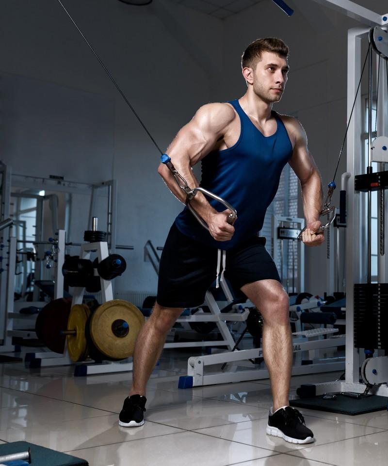 Mann mit Muskeln im fitness