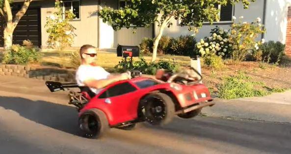 Mann fährt mit gepimptem Spielzeugauto