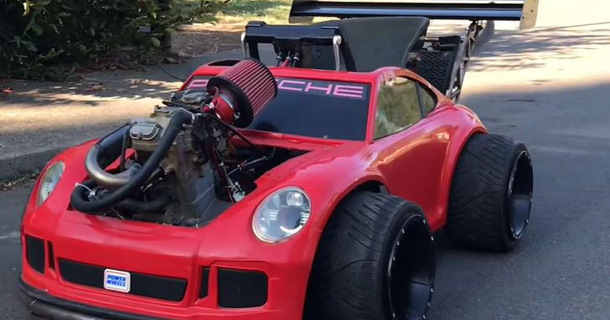 Mann pimpt sein Spielzeug-Auto und das Ergebnis kann sich sehen lassen