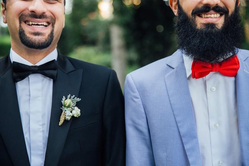 Männer mit Bart und Anzügen