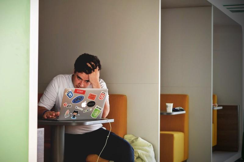 Mann verzweifelt an Laptop