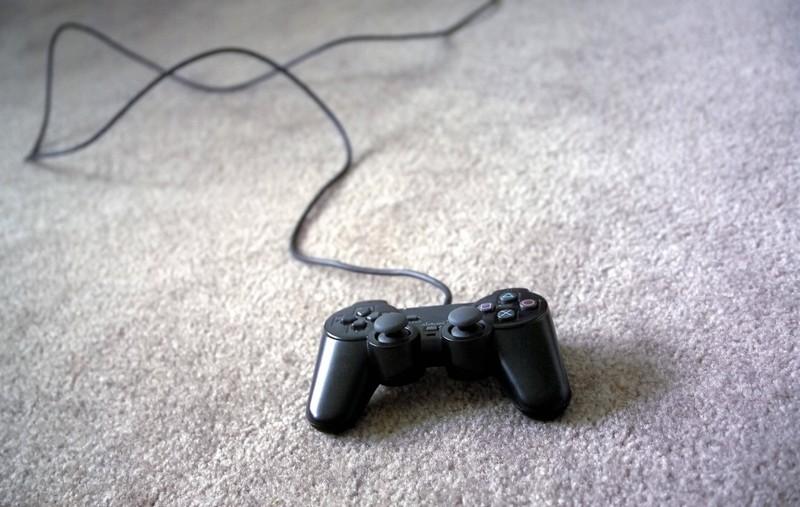 Zu sehen ist eine Playstation Konsole.