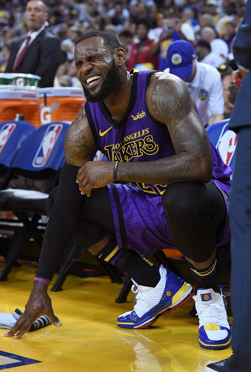 LeBron James der Schmerzen in den Hoden hat weil er sich eine Hodenprellung zugezogen hat