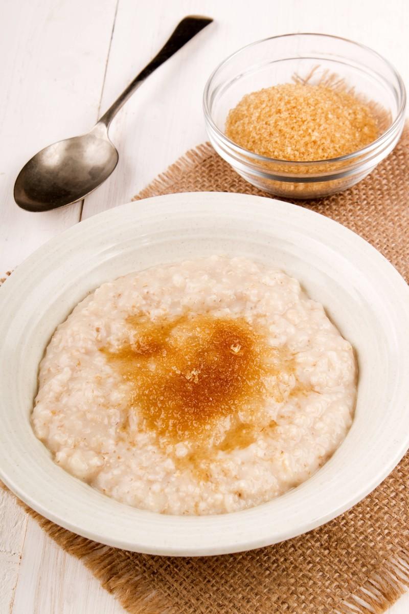 Man erkennt ein Porridge, das zum Frühstück durch Haferflocken sehr viele komplexe Kohlenhydrate liefert und somit für das Training perfekt ist