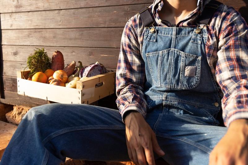 Man erkennt einen Mann, der Lebensmitteln in der Hand trägt, die zum Muskelaufbau beitragen können