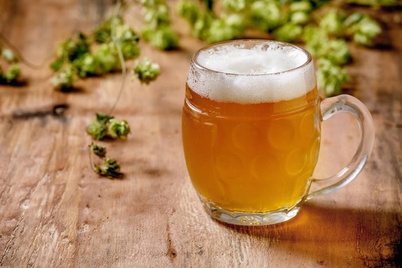 Man sieht alkoholfreies Bier, das isotonisch ist und damit Wasser- und Nährstoffverluste im Körper ausgleicht