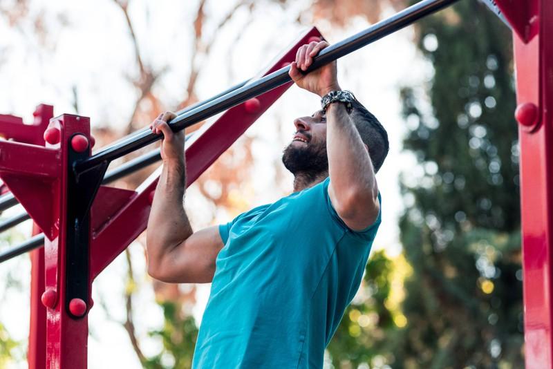 Man sieht einen muskulösen Mann ,der durch Fitness und Lebensmittel Muskelaufbau betreibt