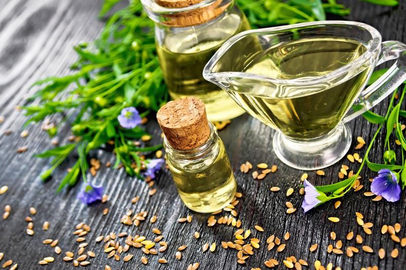 Man sieht Leinöl, das aus Omega-3-Fettsäuren besteht und somit sehr gesund und wichtig für den Muskelaufbau ist