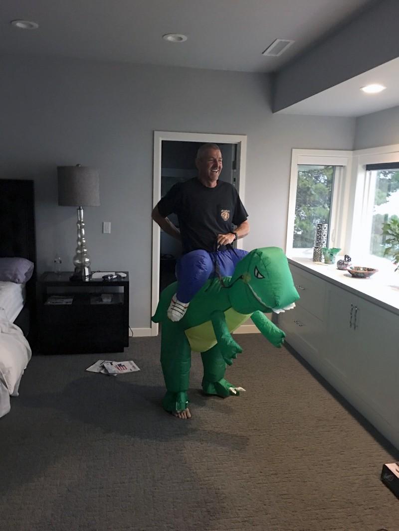 Ein junggebliebener Mann in einem Dino Kostüm