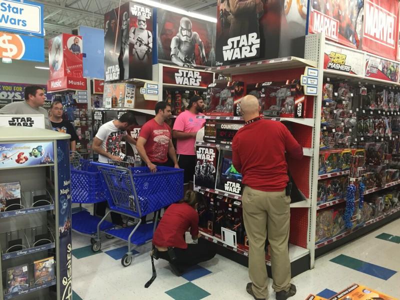 Erwachsene Männer begeistern sich für Kinderspielzeuge