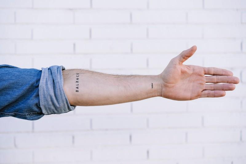 Mit dem Schriftzug als Tattoo-Motiv kann man vor allem sehr Persönliches auf den Körper tätowieren