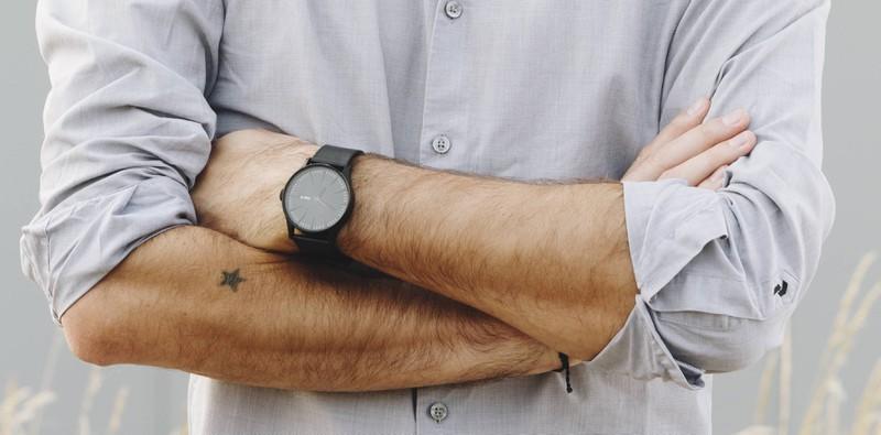 Sternchen-Tattoo auf dem Arm eines Mannes