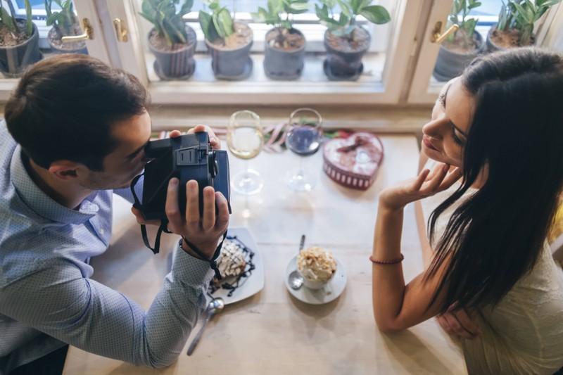 Ein verliebtes Paar, das sich sicherlich Komplimente macht, sitzt in einem Restaurant