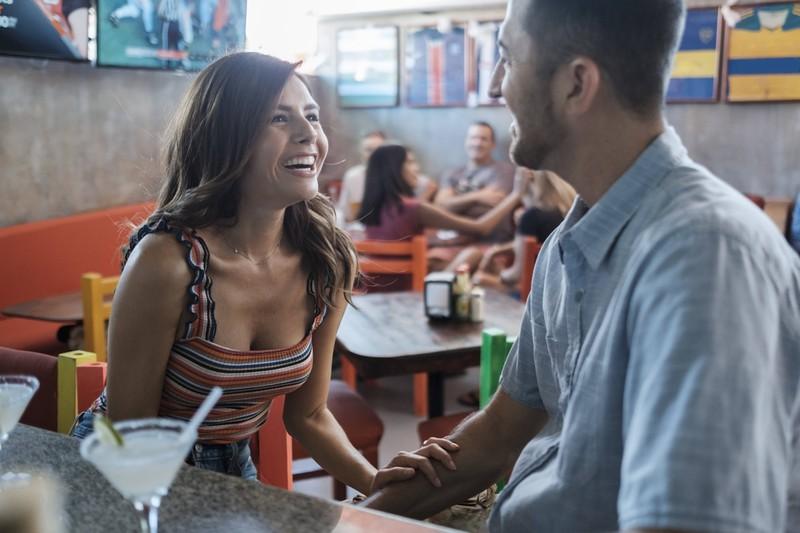 Man erkennt einen Mann, der gerade versucht eine Frau anzusprechen und mit ihr zu flirten