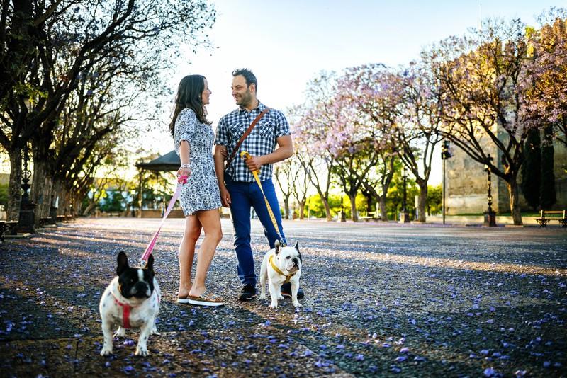 Man sieht eine Frau und einen Mann, der die Frau mit ihrem Hund anspricht