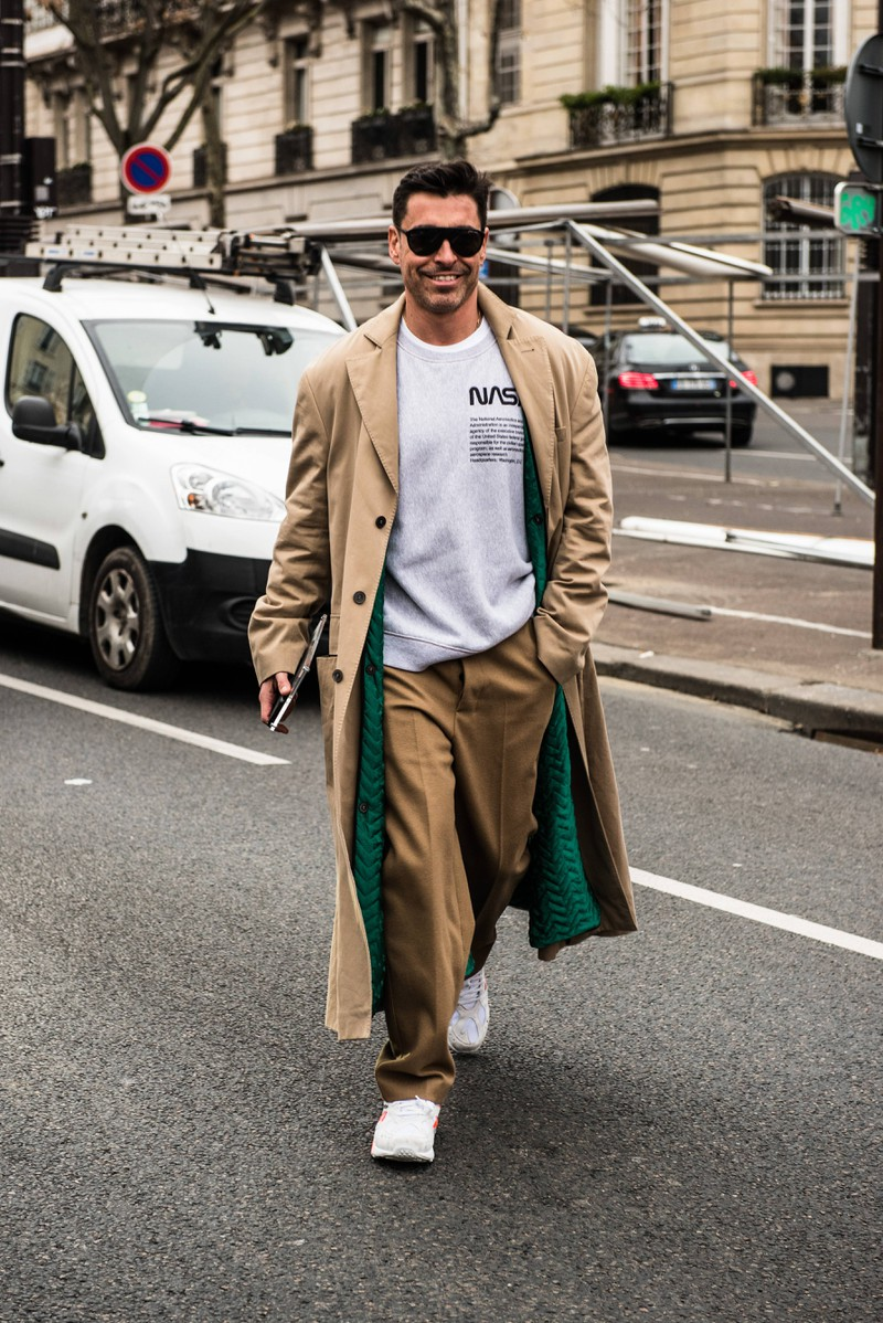 Alex Badia rockt ein camel-lastiges Outfit auf der diesjährigen Men's Fashion Week in Paris.