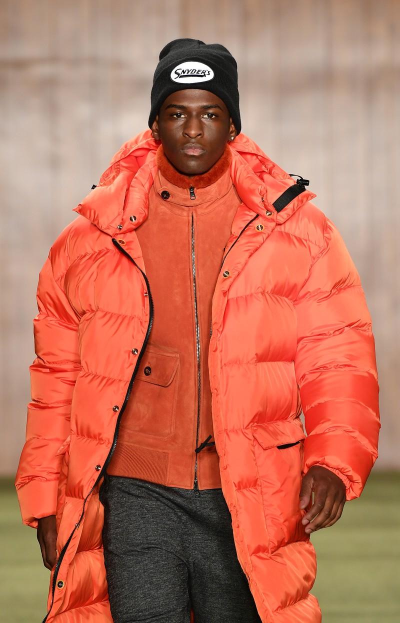 Diesen Winter kommen Männer in dicken Daunen-Mänteln warm durch die Straßen.