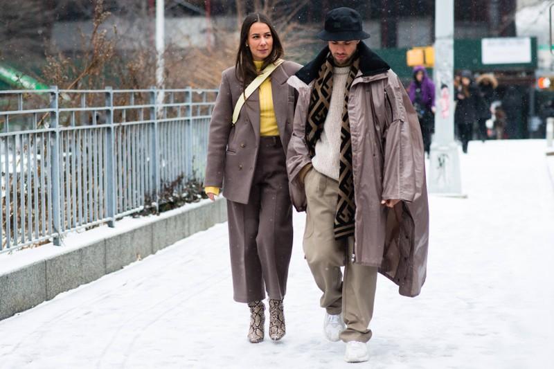 Einen auffälligen Schal trägt der Mann diesen Winter mit Selbstbewusstsein.