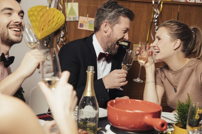 Auf einer Party ist die perfekte Flirt Location für Anmachsprüche