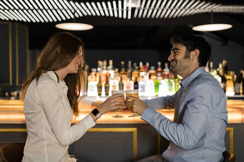 In einer Bar kannst du auch Frauen mit deinen Anmachsprüchen bezaubern