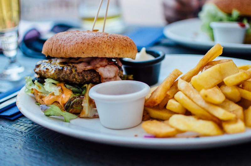 Das Reinstopfen von ungesundem Essen kann Frauen nerven
