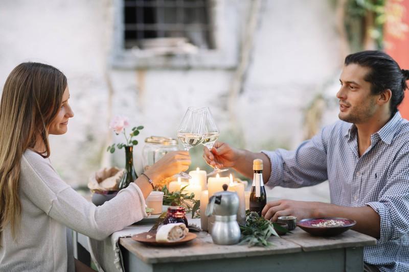 Der Mann isst mit seiner Freundin am Valentinstag ein Dinner