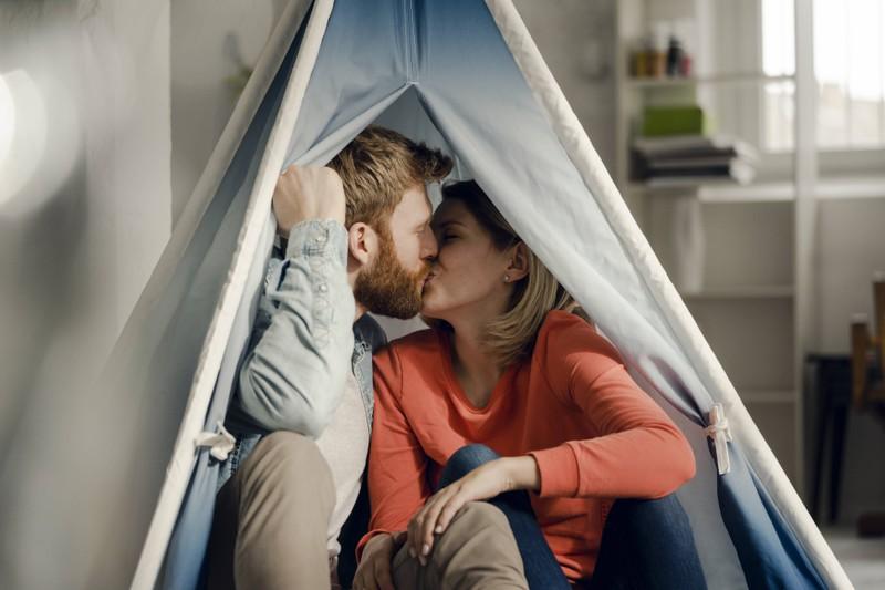 Zelten im Wohnzimmer kann man gut am Valentinstag machen