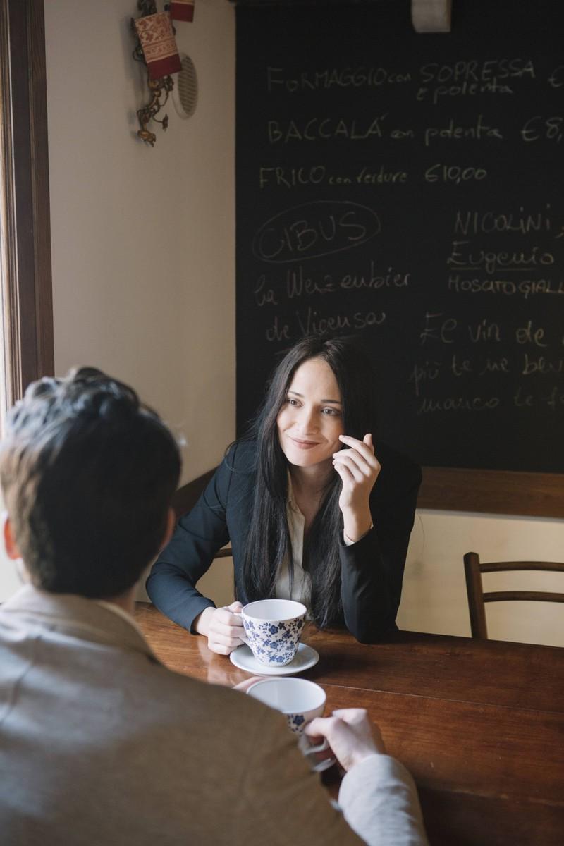 Wenn ein Mann einer Frau Details über sich erzählt und sie sie sich nicht merkt, deutet es darauf hin, dass sie kein Interesse an ihm hat.