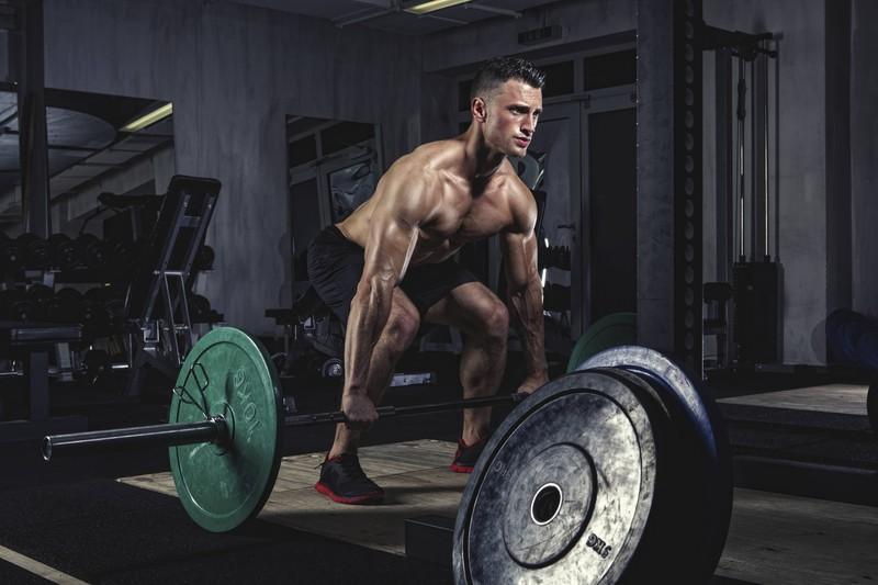 Beim Kreuzheben wird fast der gesamte Oberkörper gestärkt und die Testosteronproduktion angekurbelt.