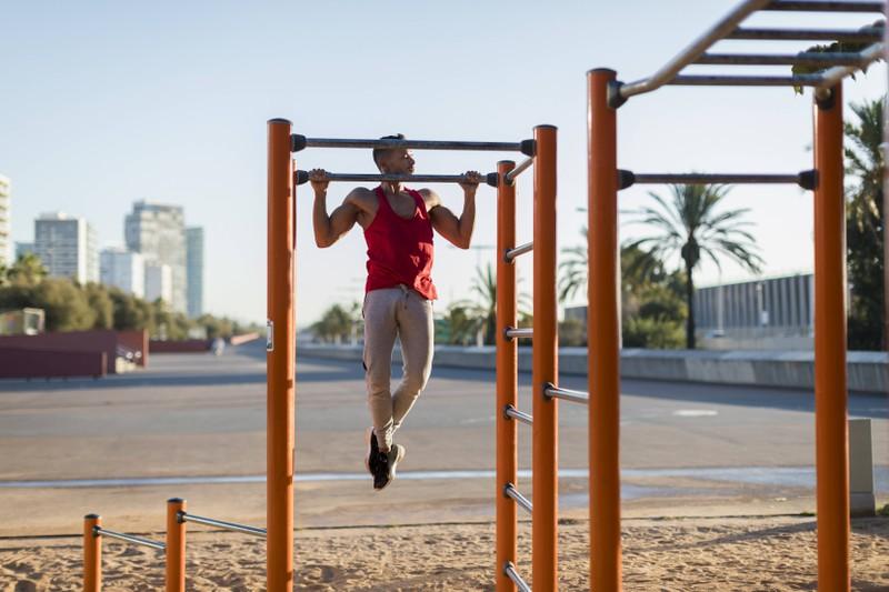 Bei Klimmzügen baust du mehr Muskeln durch Eigengewicht auf.