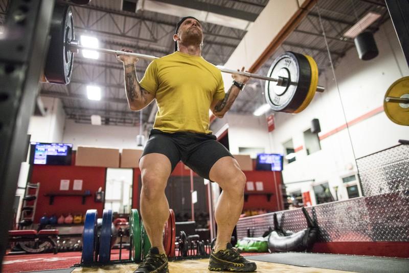Wenn du im Fitnessstudio bist, solltest du Squats machen, um mehr Muskeln aufzubauen.