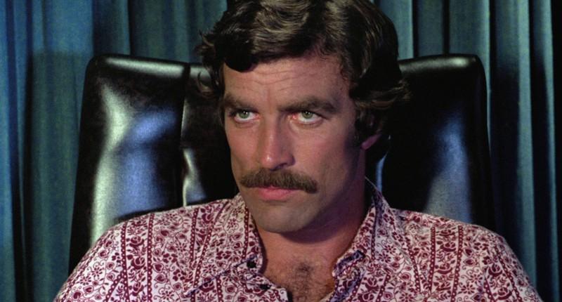 Bei Tom Selleck kann man sehen, dass beim Schnurrbart viele den Fehler machen und ihn nicht diagonal schneiden.